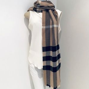BURBERRY LASH FINGER GIANT EXPLODED CHECK SCARF.